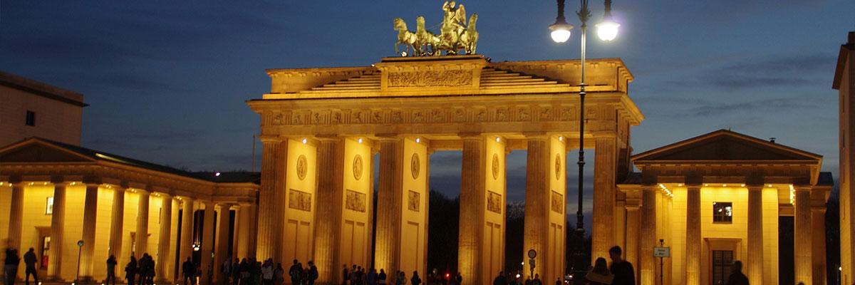 Brandenburger Tor beleuchtet bei Nacht in Berlin