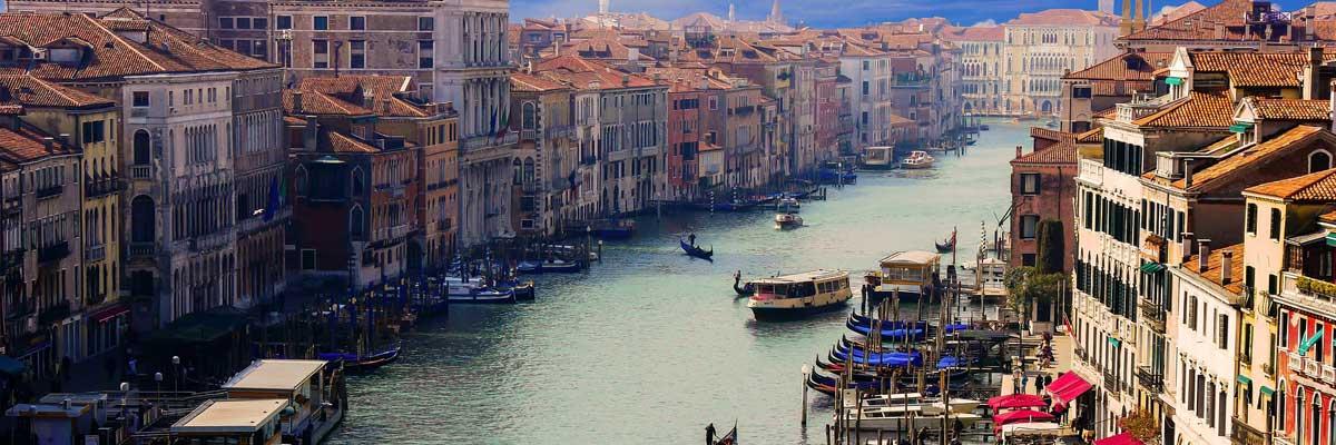 Canale fluviale di Venezia con barche