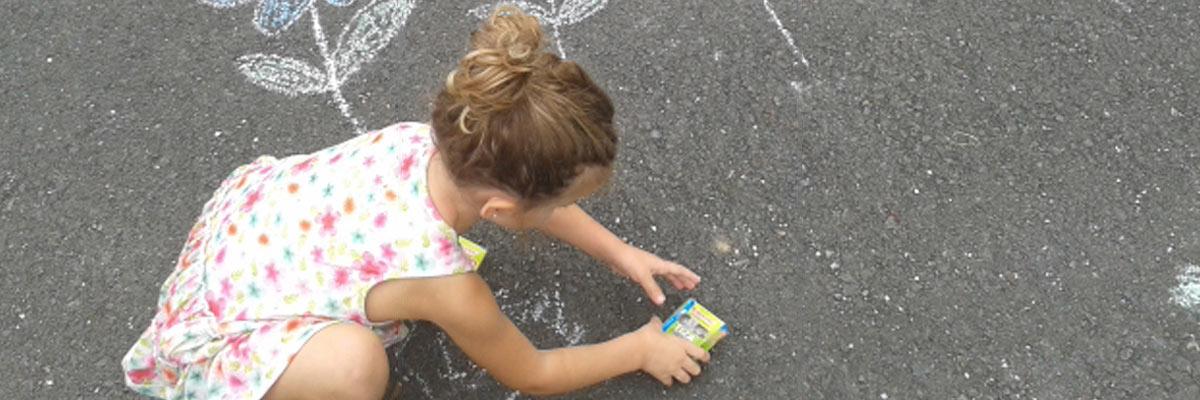 Il bambino alla pari di Beatrice in Spagna dipinge con il gesso da strada