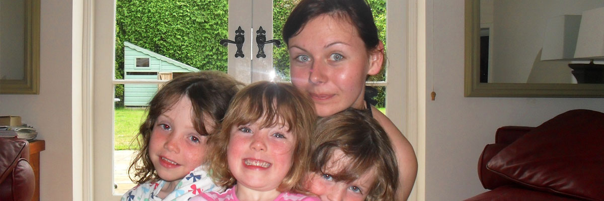 Cindy et les trois enfants de sa famille d'accueil