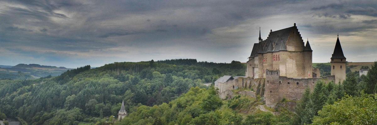 Burg und Wald in Luxemburg