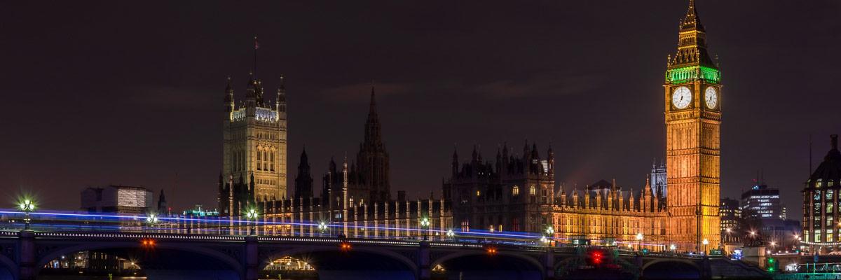 London in der Nacht mit viel Licht