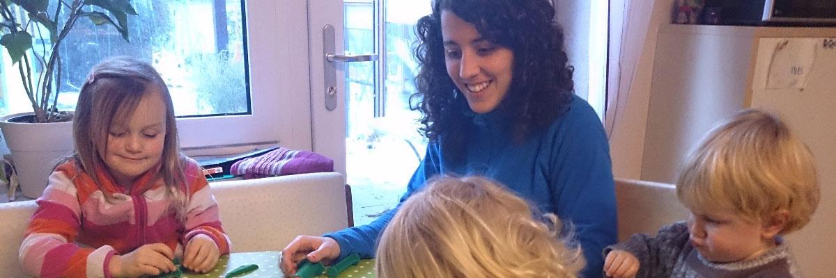 Au pair in Deutschland spielt mit den Kindern