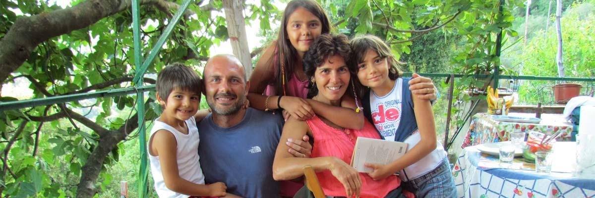 Luca e la sua famiglia di fronte a un albero
