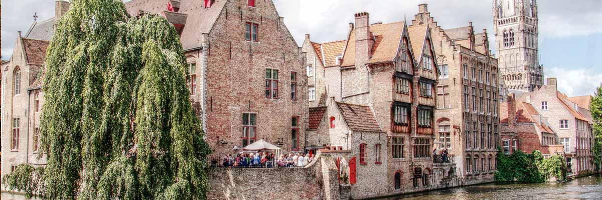 Belgische gebouwen die op een rivier liggen