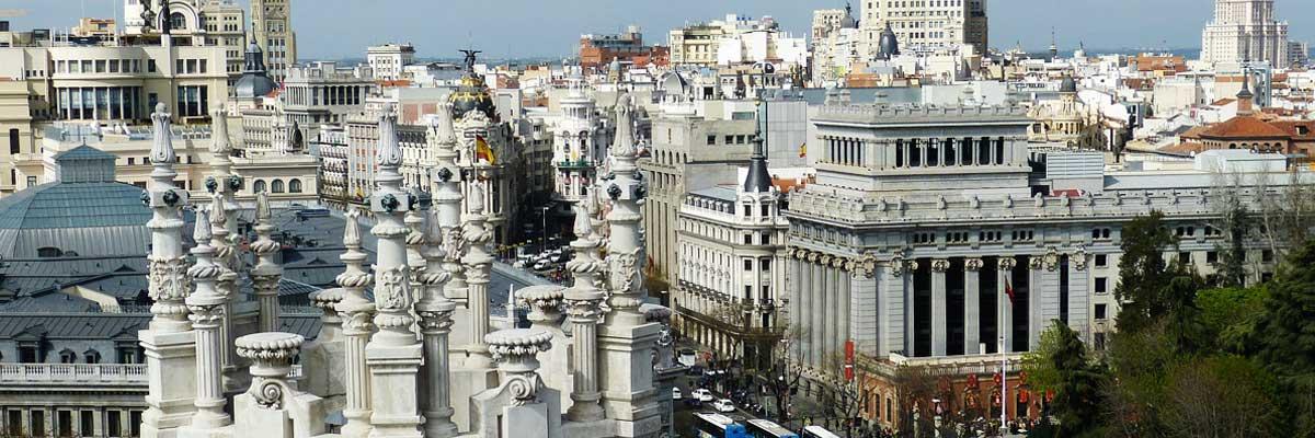 Madrid en la calle los edificios son blancos.