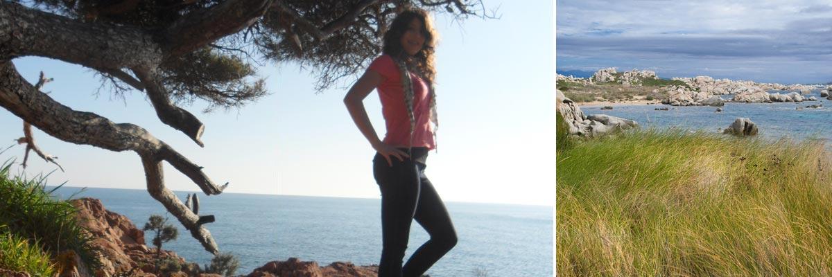 Marina neben einem Baum am Meer