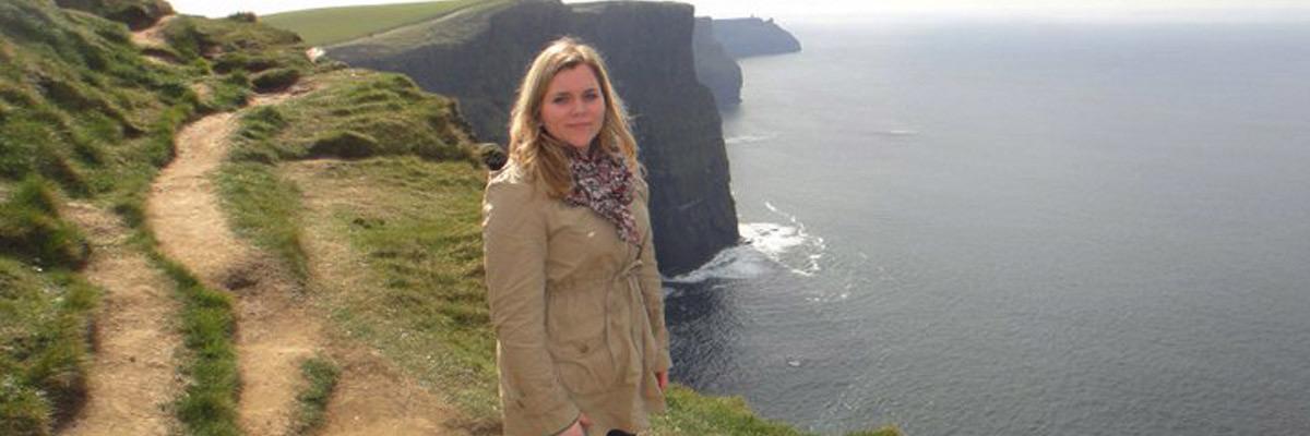 Marina in Irland erkundet das Land