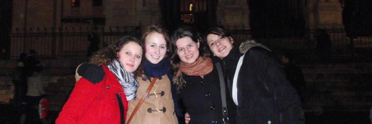 Miriam mit ihren neuen Freundinnen