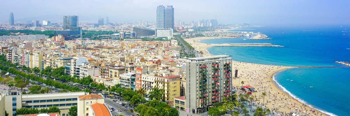 Strand und Hochhäuser in Barcelona