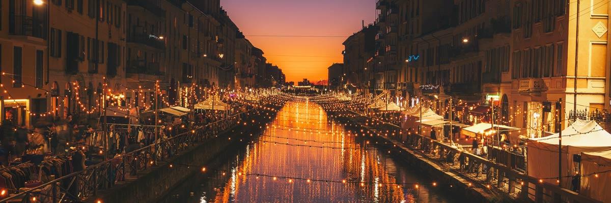 In Mailand spiegelt sich der Fluss im untergehenden Sonnenlicht