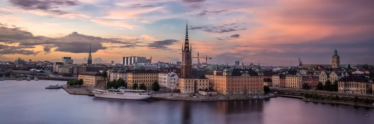 Schwedische Stadt bei Dämmerlicht am Wasser