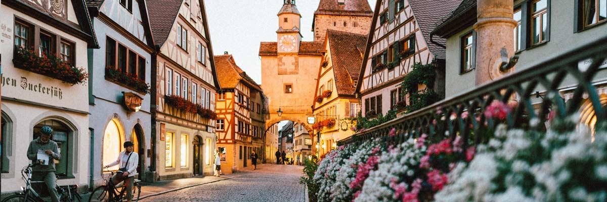 Deutsche Innenstraße mit Blumen und Fachwerkhäusern