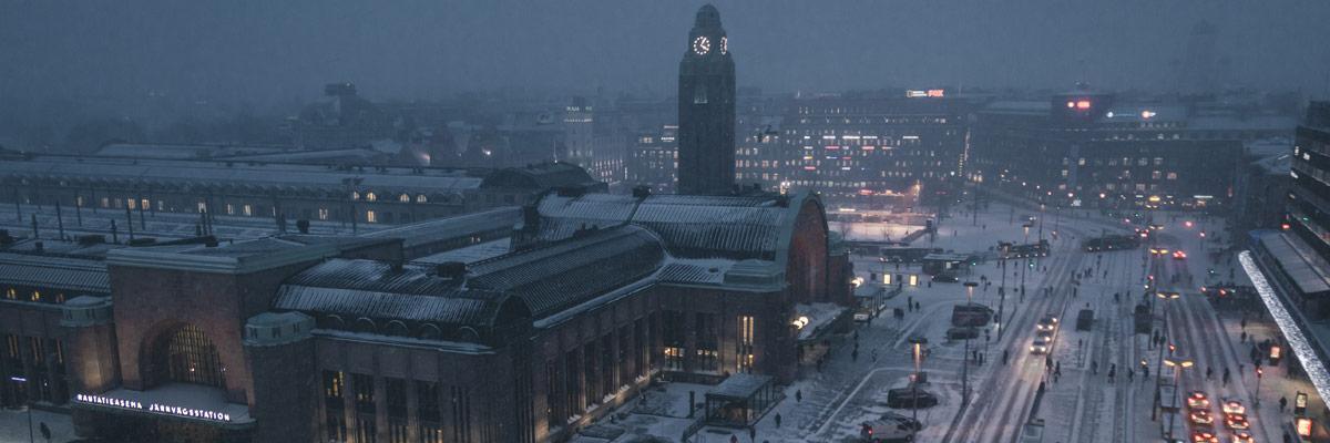 Verschneite Straßen in Helsinki mit viel Verkehr