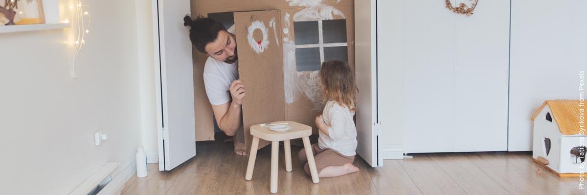 Ein Au-pair Junge spielt mit einem kleinem Kind