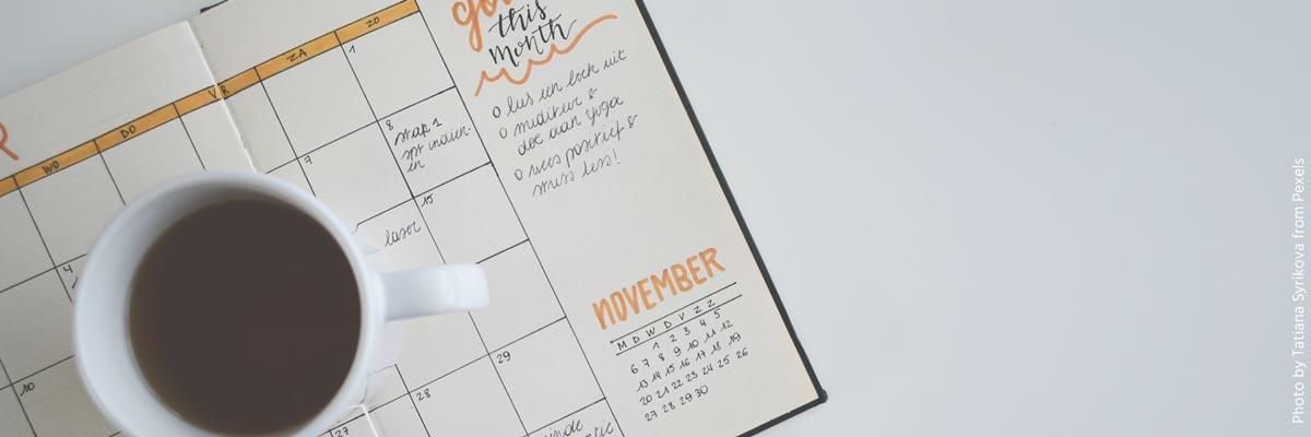 Calendario hecho a mano y taza de café
