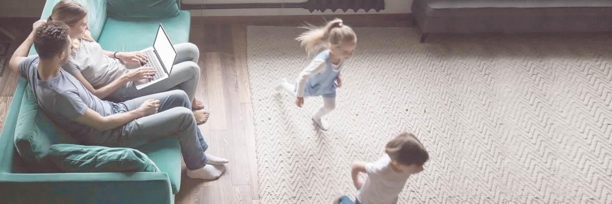 Ouders zoeken online naar een Au-pair. Kinderen zijn aan het spelen.