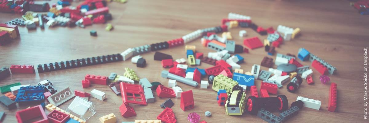 Lego-Steine auf dem Boden