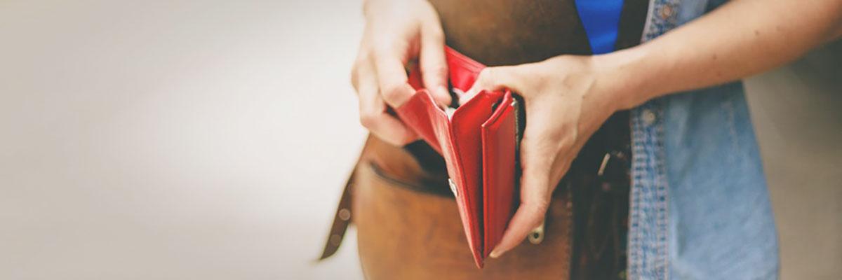 ragazza con borsa rossa in mano
