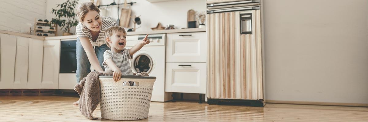 Au-pair haciendo las tareas domésticas con un niño