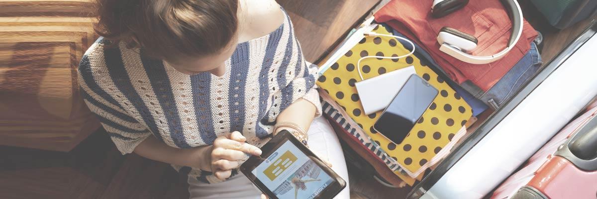 Meisje dat vluchten controleert op haar mobiel