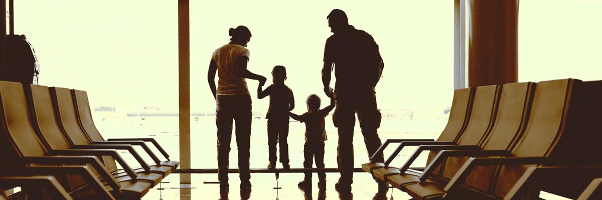 Eine Familie wartet am Flughafen auf ihr neues Au-pair