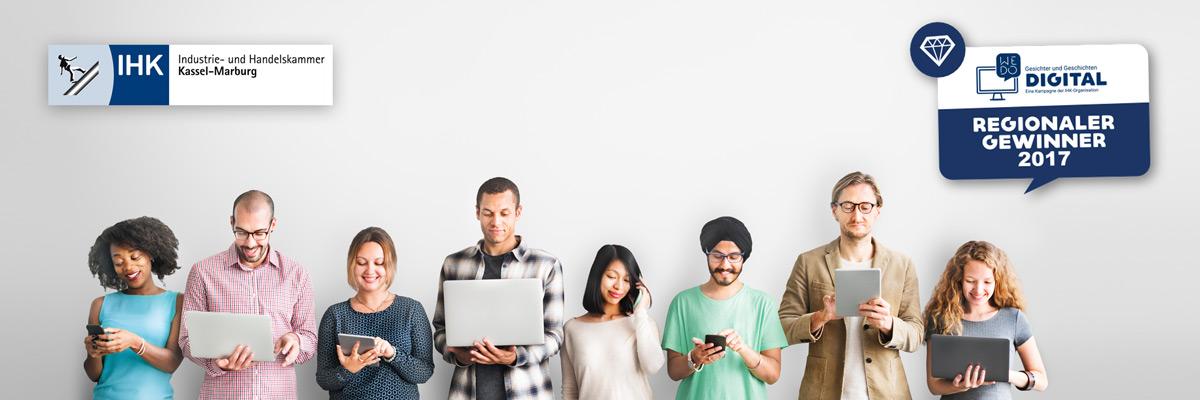8 Personen stehen in einer Reihe und schauen auf ihr Smartphone oder ihren Laptop