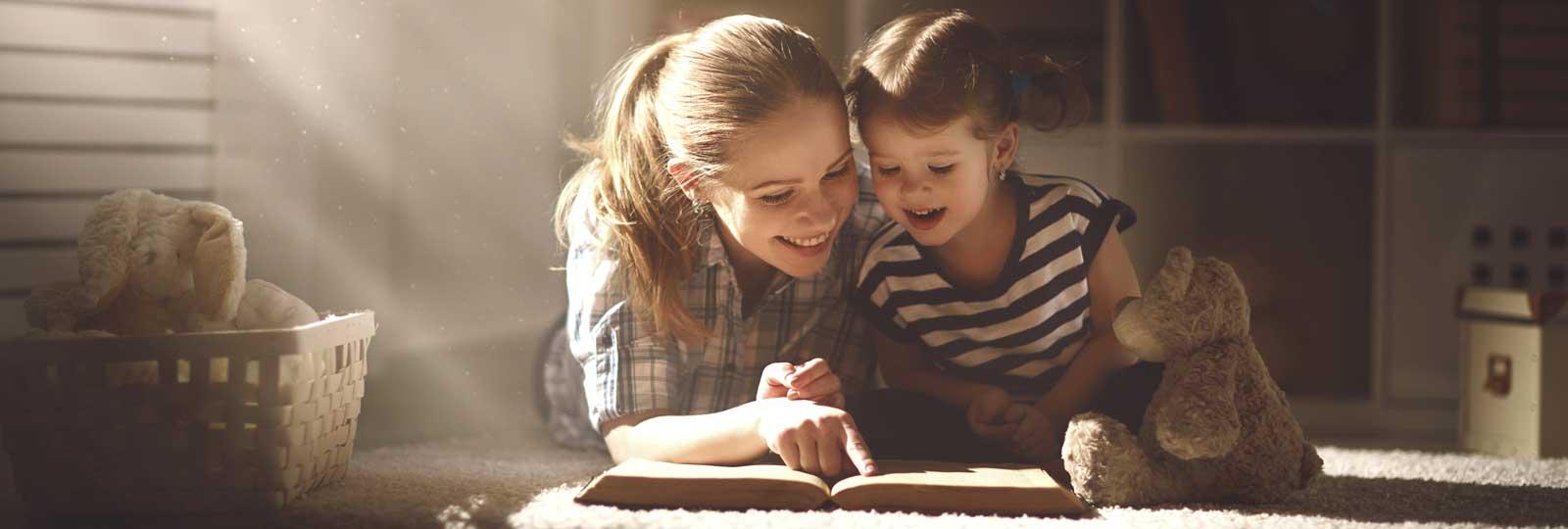 Un au pair e un bambino leggono un libro insieme