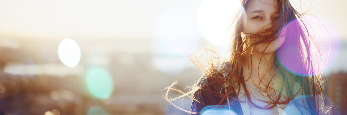 Weibliches Au-pair, dessen Haare vom Winde verweht sind