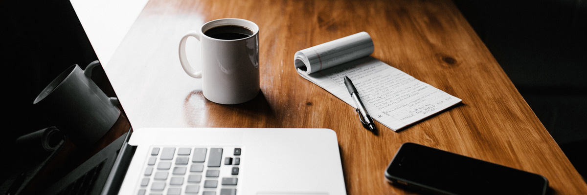 Scrivania con un computer e una lista di cose da fare