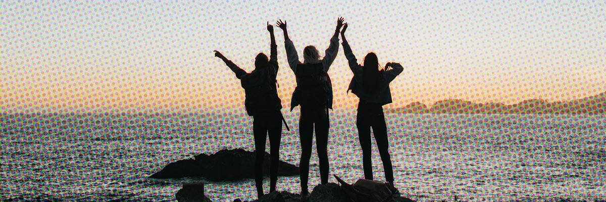 ragazze in spiaggia al tramonto