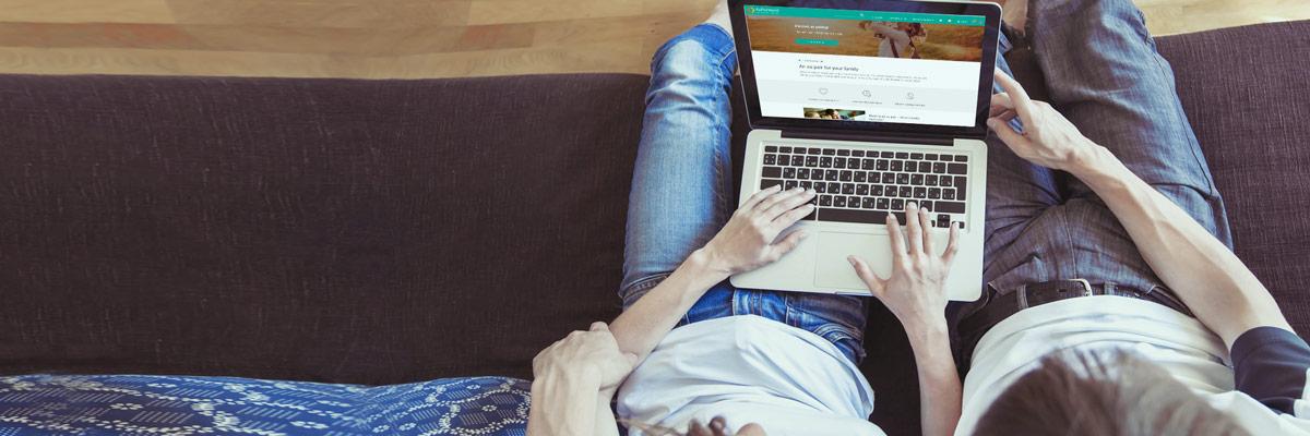 Paar vor Laptop