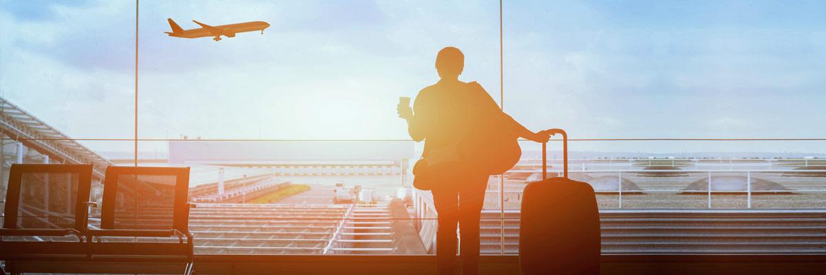 Reisende im Gepäck in Wartehalle am Flughafen