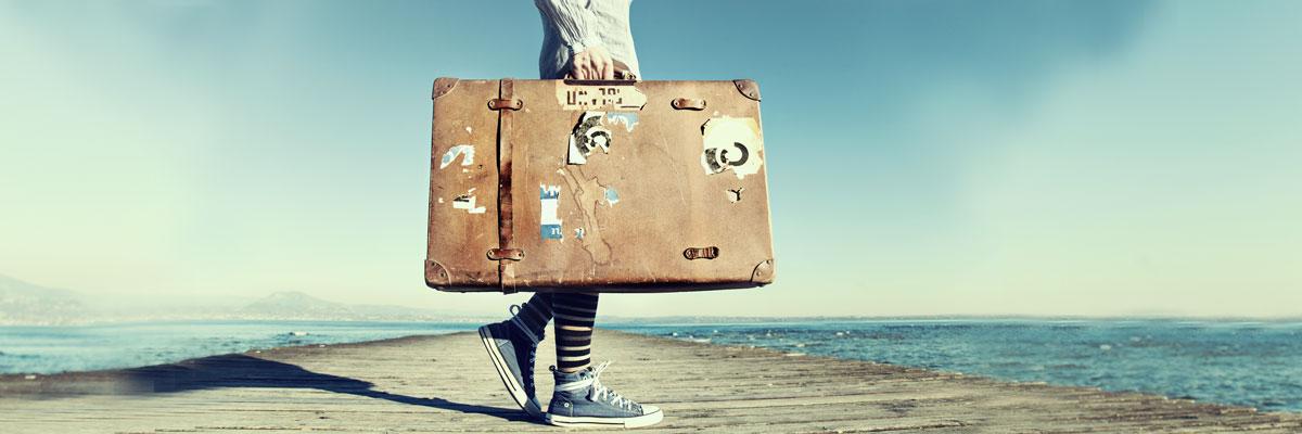 Mädchen mit Koffer auf Steg