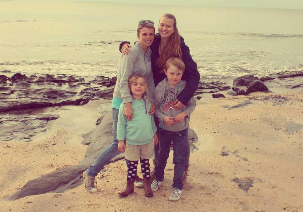 Lara sulla spiaggia in Nuova Zelanda