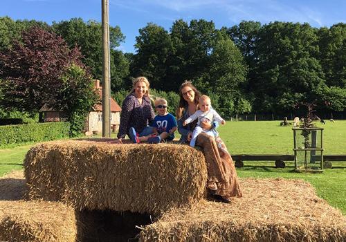 Kirsten Voß-Rahe mit ihren Kindern und Au-pair