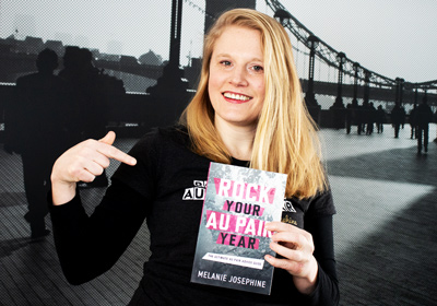 "Melanie mit ihrem Buch ""Rock Your Au Pair Year"""