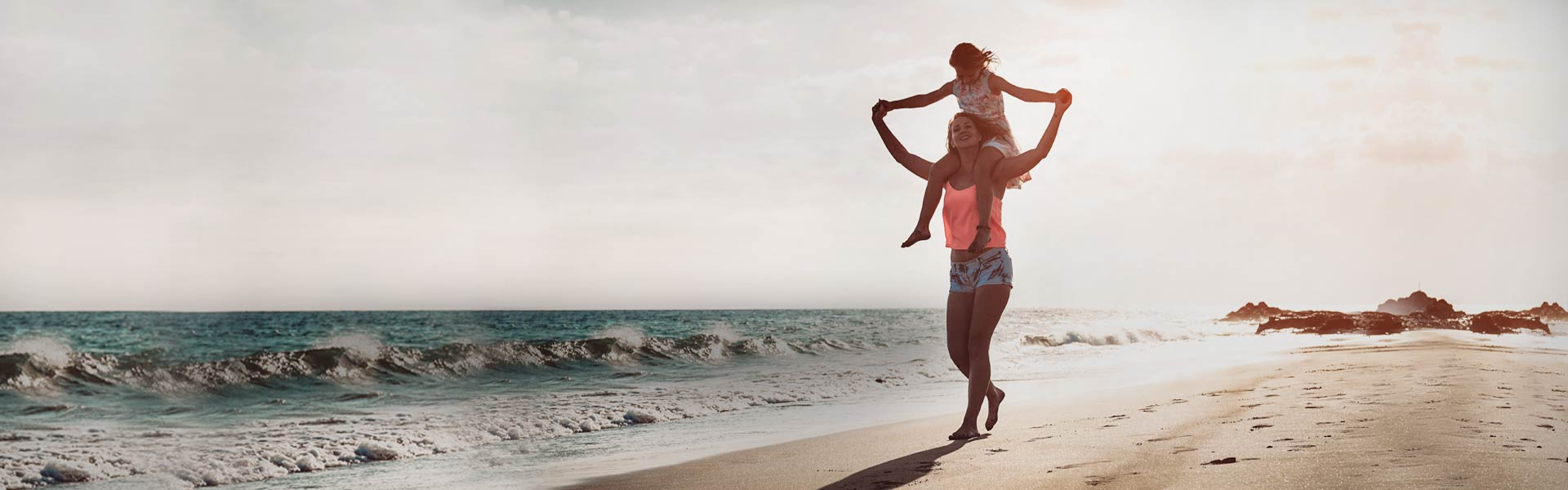 Au pair con niño en la playa