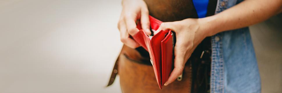 Paghetta, una donna ha un portafogli in mano