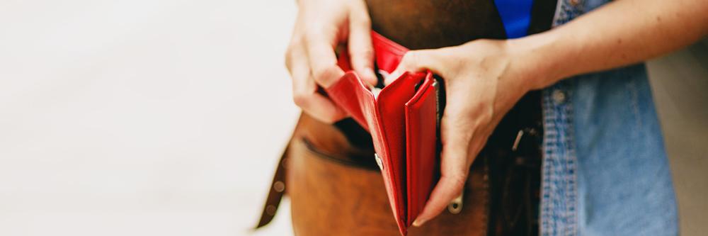 Jonge vrouw met portefeuille