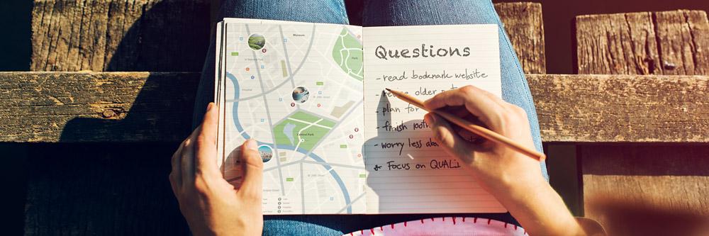 Fragen neben einer Landkarte
