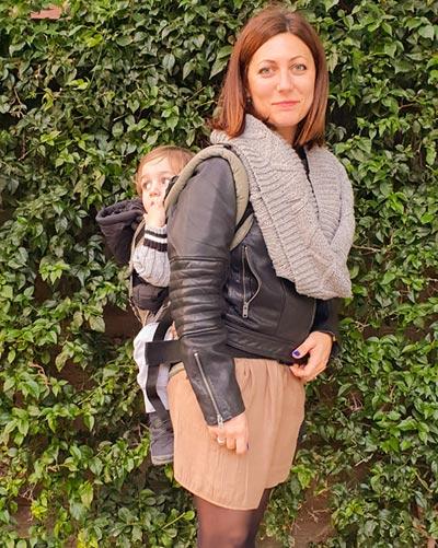 Steffi mit ihrem Kind auf dem Rücken