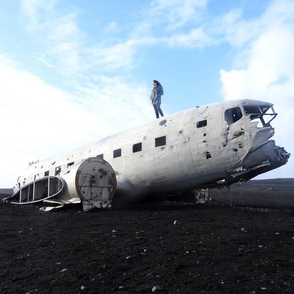 Saskia encima de los restos de un avión accidentado