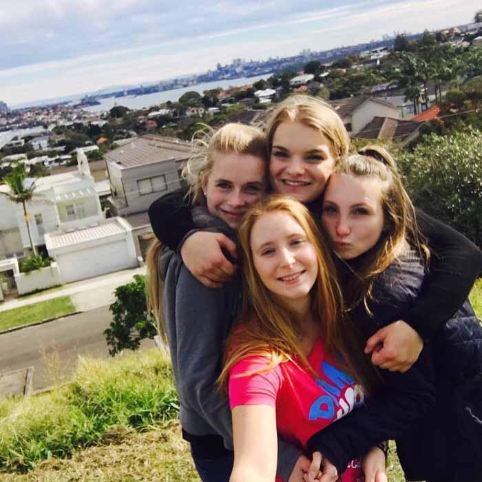 Nina insieme alle sue amiche