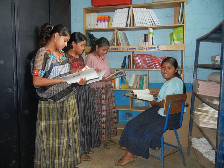 Des élèves à la bibliothèque