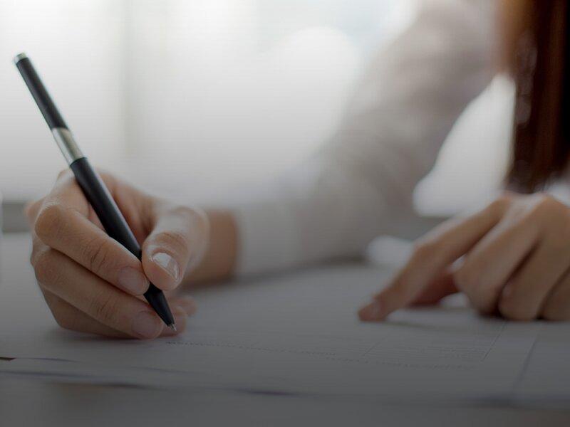 Jonge vrouw tekent een contract