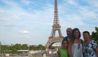 Claudia de vacaciones con su familia anfitriona en París
