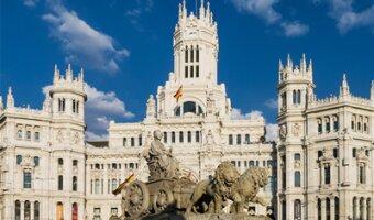 Palacio de Cibeles en Madrid en cielo azul brillante