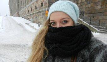 Chloe portant un foulard dans la neige de la Suède