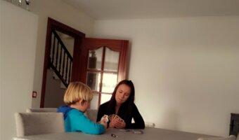 El hijo de ana juega con su au pair